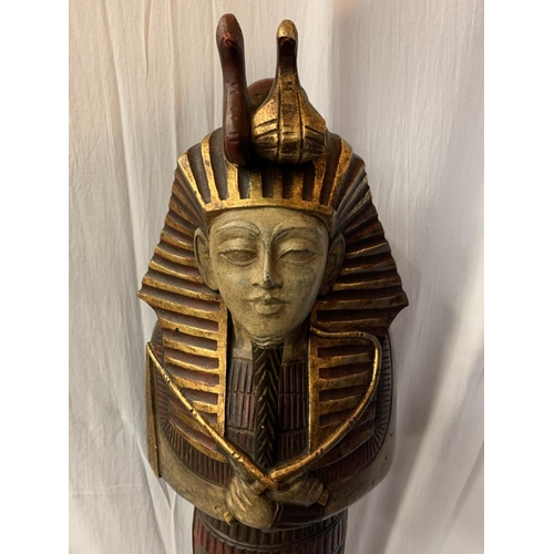 6 - A LARGE WOODEN DECORATIVE EGYPTIAN PHAROAH (H: 97CM)
