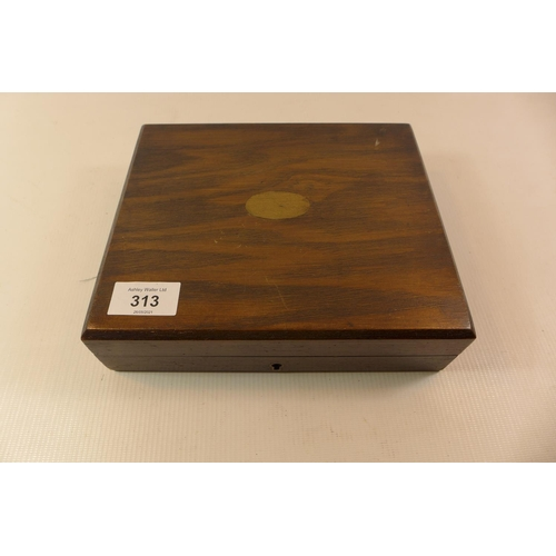 313 - A WOODEN CASE FOR 2 PISTOLS, WIDTH 22CM, DEPTH 18.5CM, HEIGHT6CM