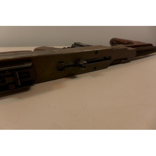 317 - A REPLICA NON FIRING MODEL 1921 THOMPSON SUBMACHINE GUN, LENGTH 83CM