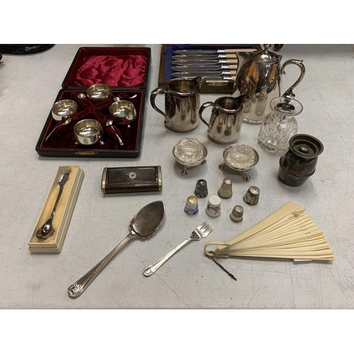 29 - AN ASSORTMENT OF SILVER PLATE ITEMS: A BOXED CONDIMENT SET, JUGS, A PAIR OF SALTS, FISH KNIVES AND F...