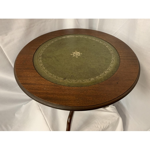 39 - A SMALL CIRCULAR MAHOGANY SIDE TABLE WITH INLAID GREEN LEATHER TOP H:48CM