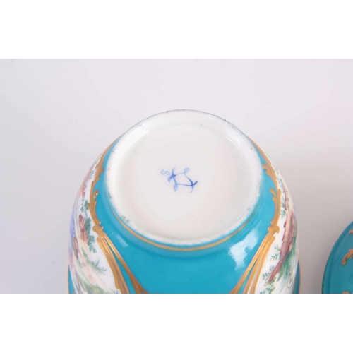 56 - A FINE 18TH/19TH CENTURY SEVRES PORCELAIN BOWL AND COVER on a celestial blue ground decorated with p...