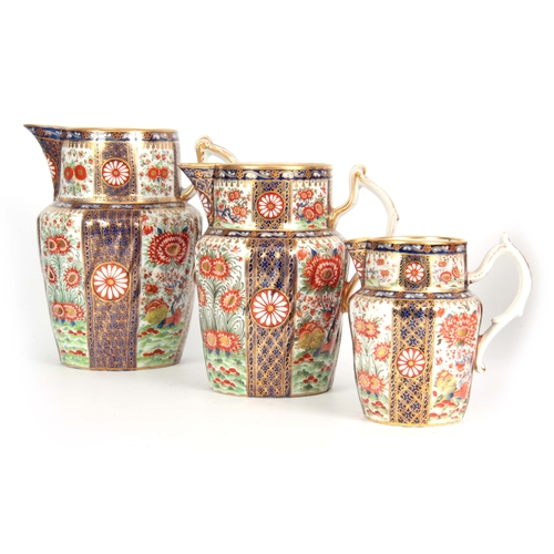 79 - A GOOD GRADUATED SET OF THREE EARLY 19TH CENTURY CHAMBERLAINS WORCESTER JUGS  each decorated and gil...