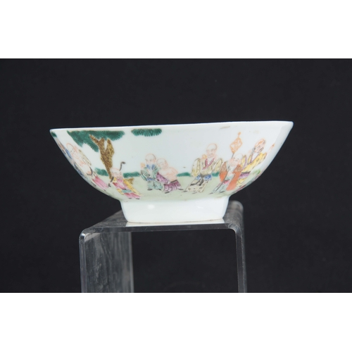 141 - AN 18TH CENTURY CHINESE FAMILLE VERTE POLYCHROME FOOTED BOWL decorated with a continuous band of fig...