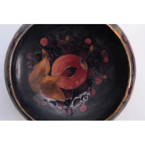 51 - AN EARLY 20th CENTURY MOORCROFT POMEGRANATE PATTERN TUDRIC BOWL mounted on a hammered pewter foot 22...