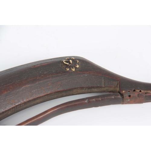 428 - AN 18th CENTURY OTTOMAN RHINOCEROS HORN POWDER FLASK having a brass flowerhead hoop and sprung loade...