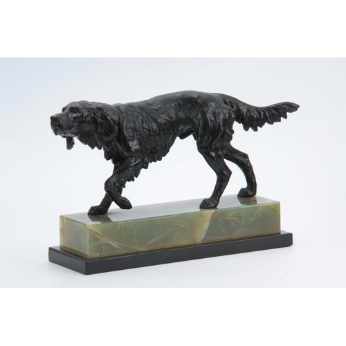 595 - AN EARLY 20th CENTURY BRONZE SCULPTURE modelled as a gun dog on the scent, mounted on black marble a...