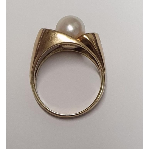 8 - A lovely 9ct Gold and Pearl Ring.Size L....