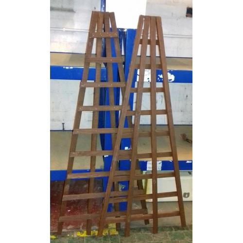 335 - Pair of 130 cm tall v-shaped trellis...