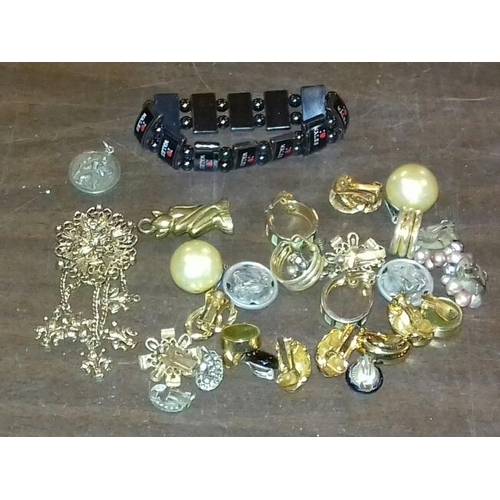 68 - Small bundle of vintage clip on earrings and gold tone brooch etc....