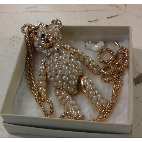 540 - 10 cm long gold tone articulated teddy bear pendant, decorated with faux pearls, on gold tone chain...