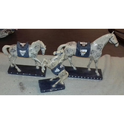 197 - 3 x graduated size composite horse ornaments tallest being 29 cm...