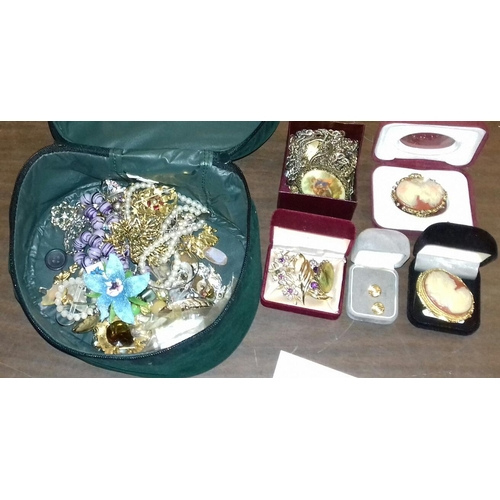311 - Jewellery box with assorted costume and fashion jewellery...