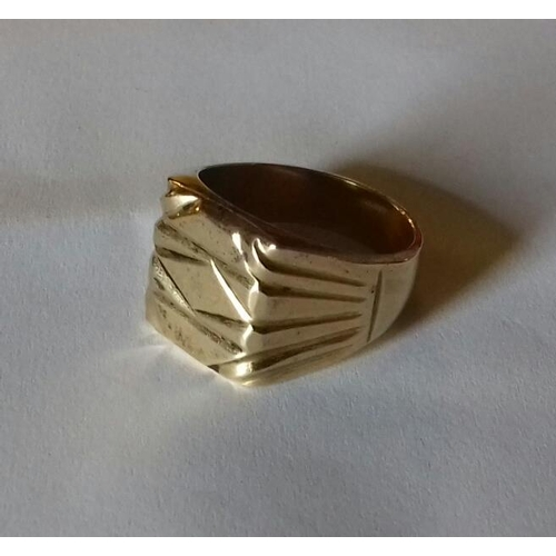 571 - 18 k 750 stamped gold coloured gents signet ring size w...