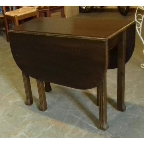 391 - Dark wood gate leg dining table approx. 90 cm wide...
