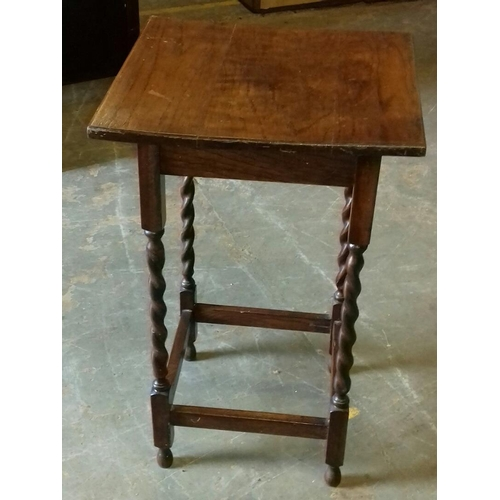 522 - 46 x 46 x 74 cm oak barley twist end table...