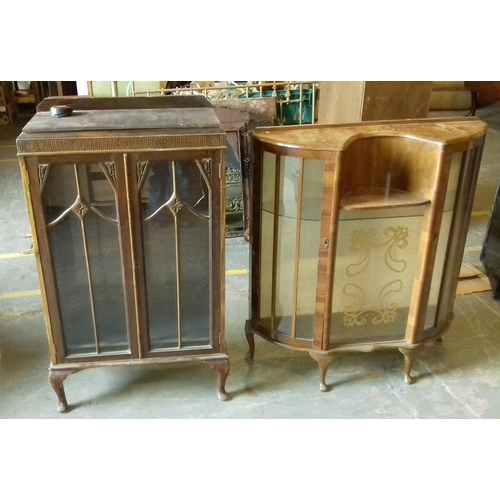465 - 2 x vintage and mid-century display cabinets, older cabinet with cracked glass and both locked with ...