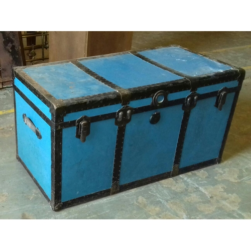 471 - 102 x 51 x 55 cm blue with black banding steamer trunk complete with inner shelf...