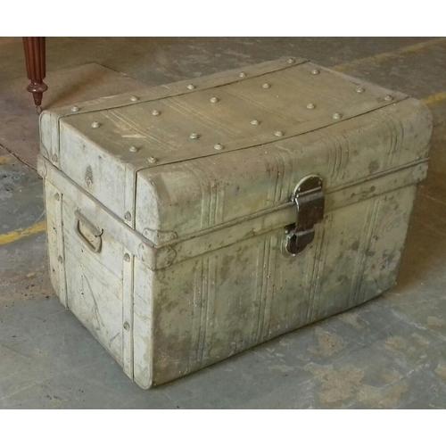 521 - 76 x 53 x 54 cm metal trunk...