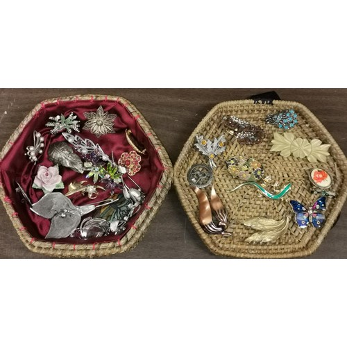29 - Wicker lidded basket with assorted vintage brooches...