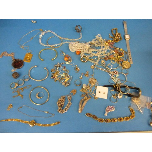 A quantity of vintage costume jewellery, to include gold and silver items, all in pre-owned condition