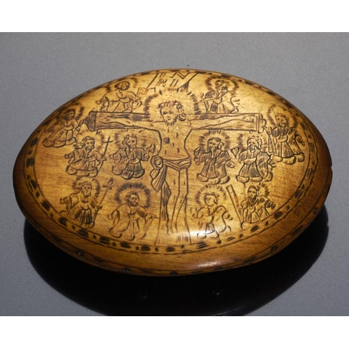 239 - <p>A GERMAN OVAL HORN AND POKER WORK SNUFF BOX, 18TH C constructed in two halves, the lid with the V...