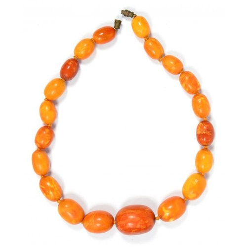 351 - <p>A NECKLACE OF AMBER BEADS 38.4g</p><p></p>...