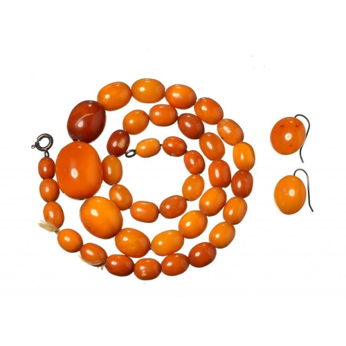 419 - <p>A NECKLACE OF 39 AMBER BEADS AND A PAIR OF AMBER EARRINGS 26.5g</p><p></p>...