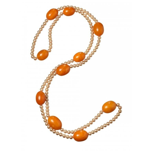 435 - <p>A NECKLACE OF 10 AMBER BEADS INTERSPERSED WITH IMITATION PEARLS  38g</p>...