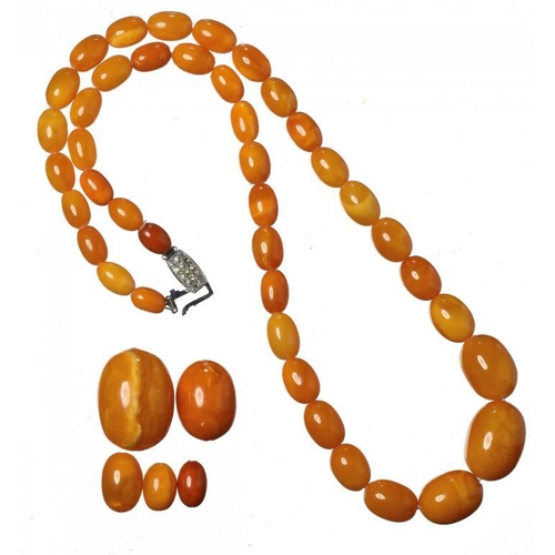 442 - <p>A NECKLACE OF 41 AMBER BEADS AND FIVE LOOSE BEADS  110.5g</p>...