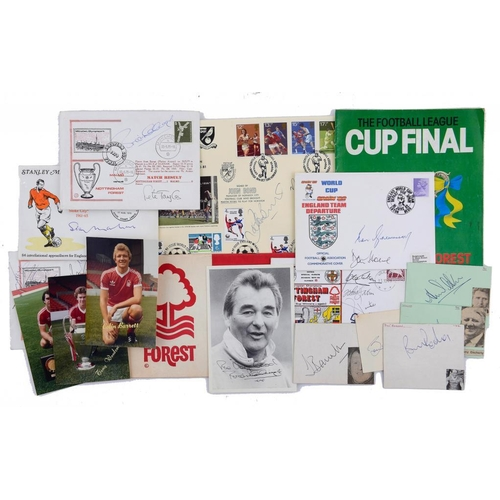 767 - <p>SOCCER.  AN EXTENSIVE COLLECTION OF THE SIGNATURES OF BRITISH FOOTBALL PLAYERS, 1960S-80S includi...