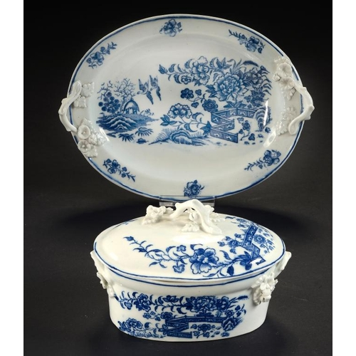 82 - <p>A CAUGHLEY BLUE AND WHITE FENCE PATTERN BUTTER TUB, COVER AND STAND, C1777-90 with twig handles, ...