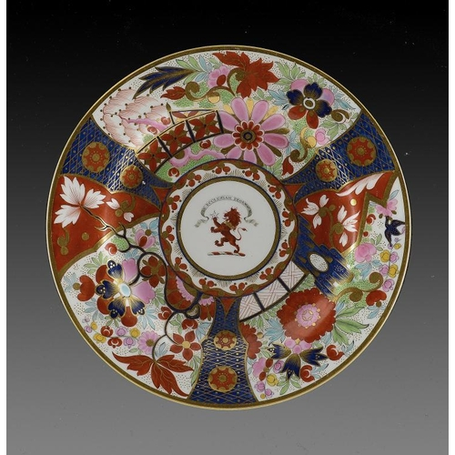 91 - A FLIGHT, BARR & BARR CRESTED JAPAN PATTERN PLATE, C1815 centred by a finely painted crest beneath t...
