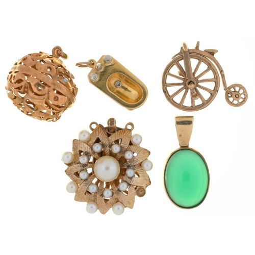 33 - <p>MISCELLANEOUS JEWELLERY COMPRISING A GREEN HARDSTONE PENDANT IN 9CT GOLD, A 9CT GOLD PENNY FARTHI...