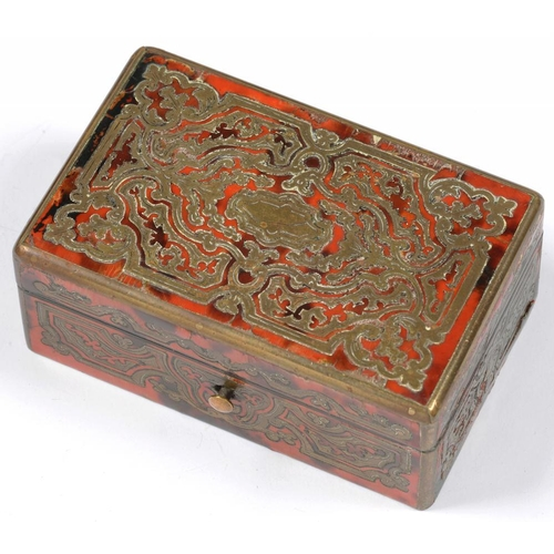 304 - <p>A FRENCH CUT BRASS AND RED STAINED HORN 'BOULLE' BOX, 8.5CM L, 19TH C</p>...