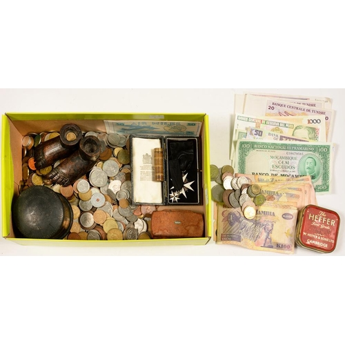328 - <p>MISCELLANEOUS ITEMS, INCLUDING A BURR WALNUT SNUFF BOX, PAPIER MACHE BOX AND COVER, COINS, BANKNO...