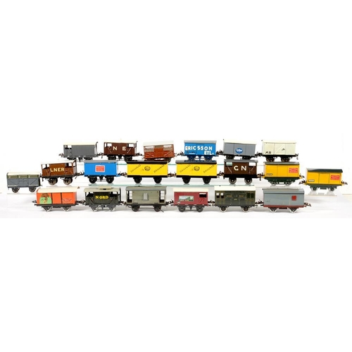 488 - <p>TWENTY O-GAUGE RAILWAY VANS </p>...