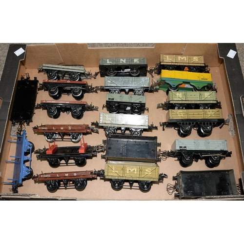 493 - <p>TWENTY O-GAUGE RAILWAY FLAT AND OPEN WAGONS</p>...