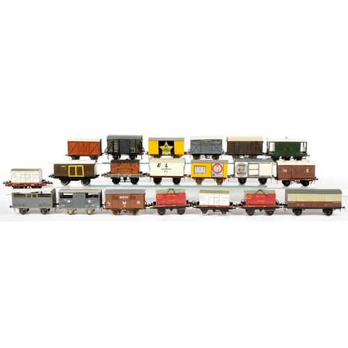 496 - <p>TWENTY O-GAUGE RAILWAY VANS AND FLAT TRUCKS WITH CONTAINERS</p>...