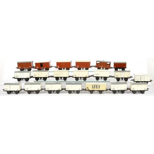 499 - <p>TWENTY O-GAUGE RAILWAY VANS AND WAGONS </p>...