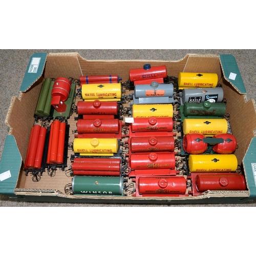 501 - <p>TWENTY FIVE O-GAUGE RAILWAY PETROL TANK AND GAS CYLINDER WAGONS </p>...