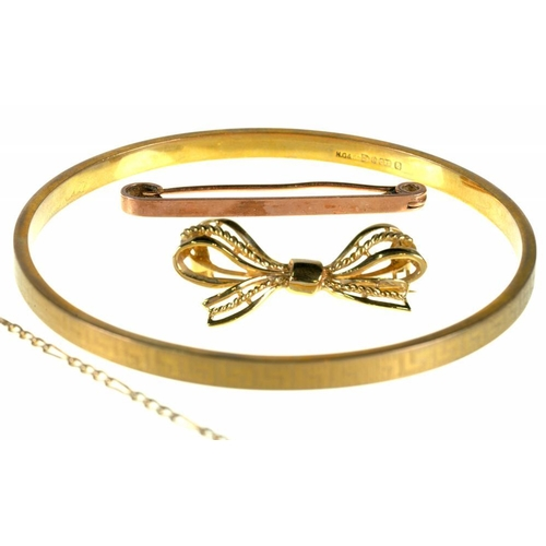 61 - <p>A 9CT GOLD GREEK KEY BANGLE, CHESTER 1926, TWO 9CT GOLD BROOCHES AND A GOLD CHAIN MARKED 375, 15....