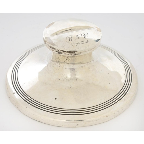 121 - <p>A GEORGE V SILVER CAPSTAN INKWELL, 15 CM DIAM, BIRMINGHAM 1910, LOADED</p><p></p>...