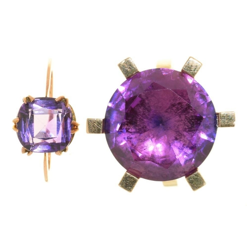 19 - <p>A COLOUR CHANGE CORUNDUM RING, IN GOLD MARKED ESC-P 585, SIZE Q, AND AN AMETHYST RING IN GOLD, SI...