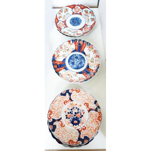 220 - <p>SIX SIMILAR FLUTED JAPANESE IMARI DISHES, 21CM D, EARLY 20TH C</p>...
