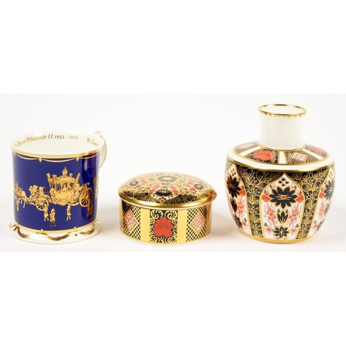 264 - <p>A ROYAL CROWN DERBY OLD IMARI PATTERN ROUND BOX AND COVER, A SIMILAR LARGER VASE AND A ROYAL GOLD...