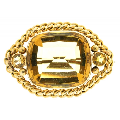 37 - <p>A CUSHION CUT CITRINE BROOCH, APPROX 22 CT, IN GOLD WITH BASE METAL PIN, APPROX 4 X 2.5 CM, 11.5G...