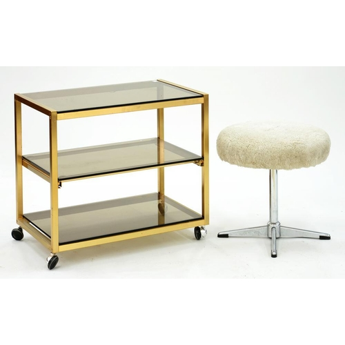 572 - <p>A 1970'S THREE TIER GLASS TROLLEY AND A DRESSING STOOL ON CHROMIUM BASE </p>...