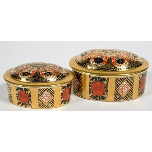 252 - <p>A GRADUATED PAIR OF ROYAL CROWN DERBY OVAL IMARI PATTERN BOXES AND COVERS, 8 AND 9CM W, PRINTED M...