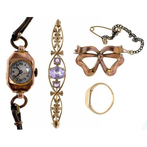 43 - <p>A 9CT GOLD SIGNET RING, AN AMETHYST SET 9CT GOLD BAR BROOCH, A VICTORIAN 9CT GOLD BOW BROOCH AND ...
